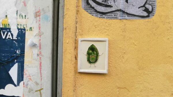 Eine der Avocado-Fliesen hängt an der Martin-Luther-Straße - Foto: Laura