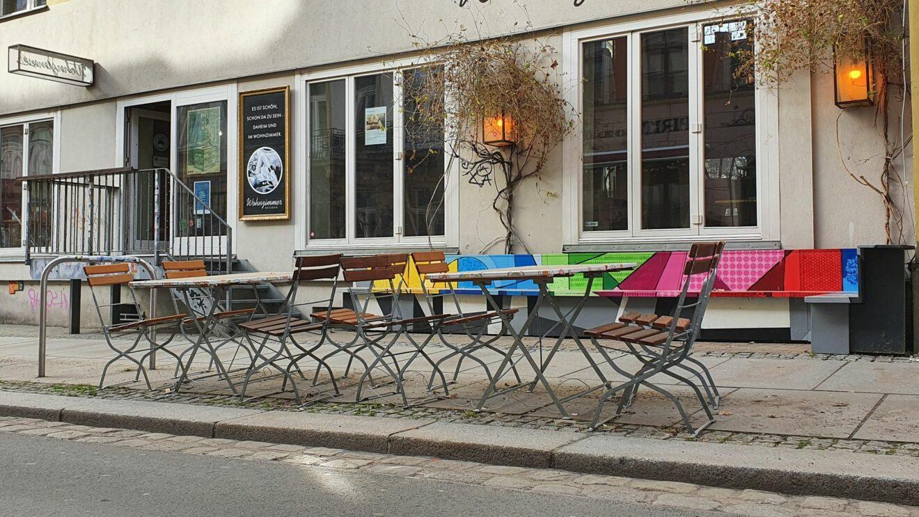 """Leere Stühle vor dem """"Wohnzimmer"""" auf der Alaunstraße."""