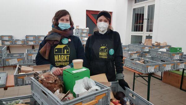 Schmeißen den Laden: Gastgeberin Fanny und helfende Hand Josi - Foto: Jonas Breitner