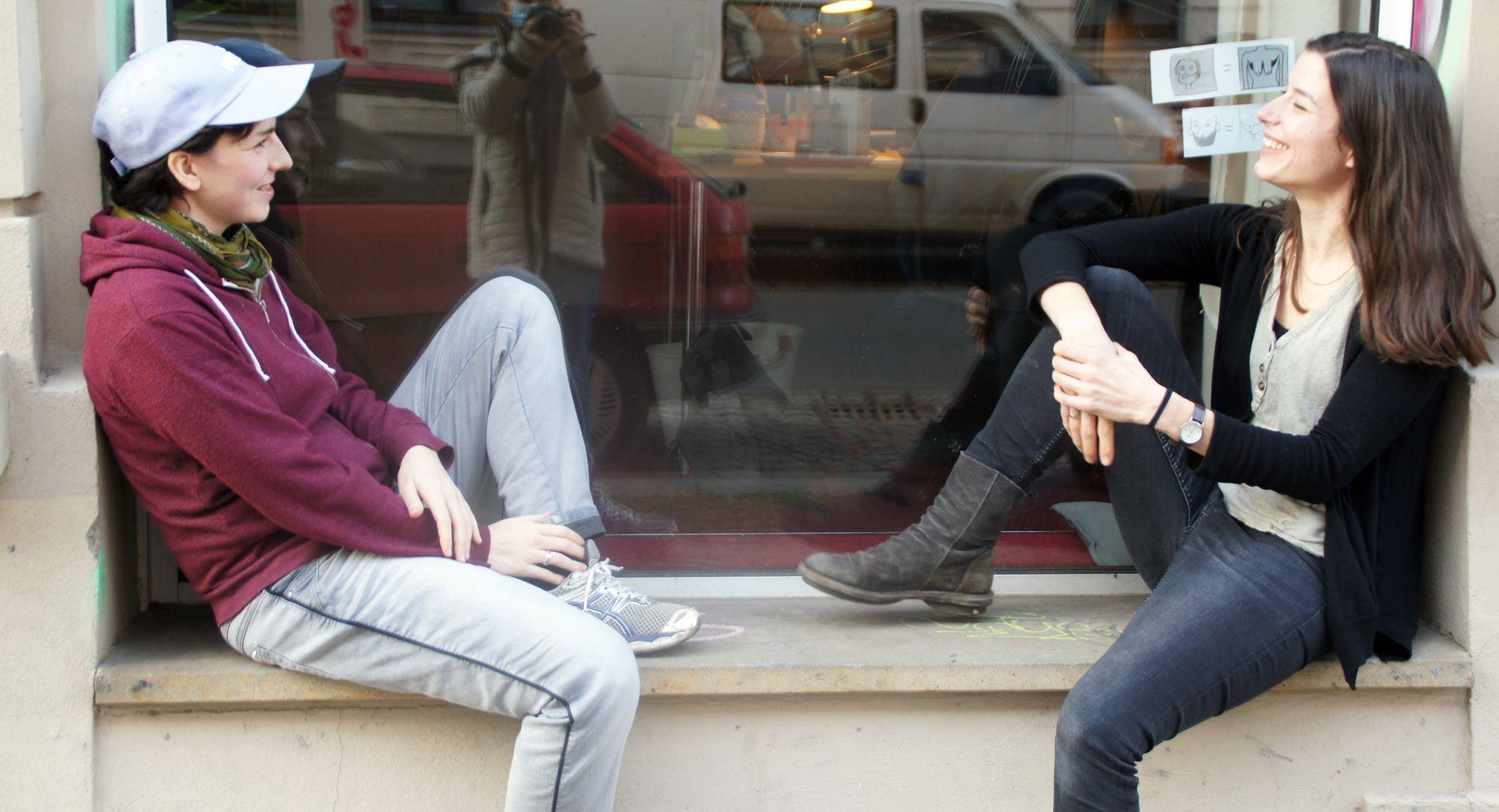 """Hannah und Linda von Specialsitter: """"Bei uns flowt es beruflich!"""" Foto: Philine"""