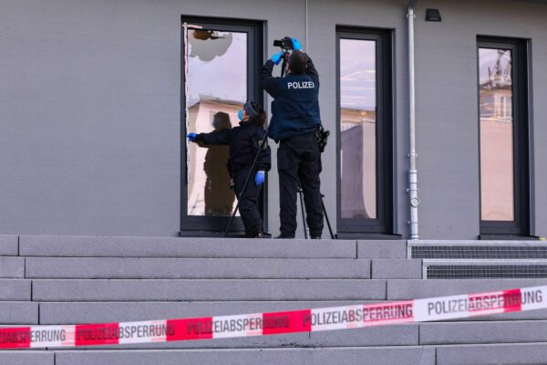 Schadensaufnahme durch die Polizei. Pflastersteine werden auf DNA untersucht. Foto: Tino Plunert