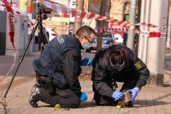 Kriminalisten bei der Spurensuche am Tatort. Pflastersteine werden auf DNA untersucht. Foto: Tino Plunert