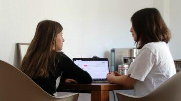 Schulunterricht am Küchentisch - Carlotta und Lina, zwei Schülerinnen des Romain-Rolland-Gymnasiums