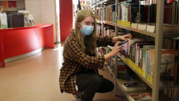 Bücher einsortieren ist nur ein Teil des Aufgabengebietes von Emily