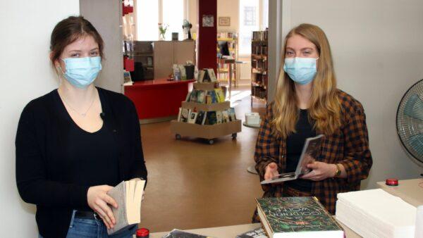 Früh die erste Aufgabe für Khira-Li und Emily: den Rückgabeautomaten leeren und die Bücher überprüfen.