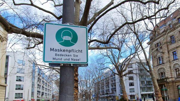 Auf ausgewiesenen öffentlichen Plätzen besteht nach wie vor Maskenpflicht und generell da, wo sich mehrere Menschen begegnen.