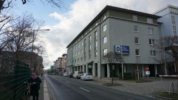 Das Best Western Macrander Hotel wird zusammen mit dem danebenliegenden Courtyard by Marriott von der  Macrander Hotels GmbH & Co. KG Dresden betrieben.