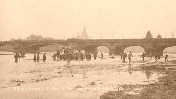 Sechs Jahre später, 1926 gab es wieder ein Hochwasser an der Elbe, hier eine Postkarte aus diesem Jahr.