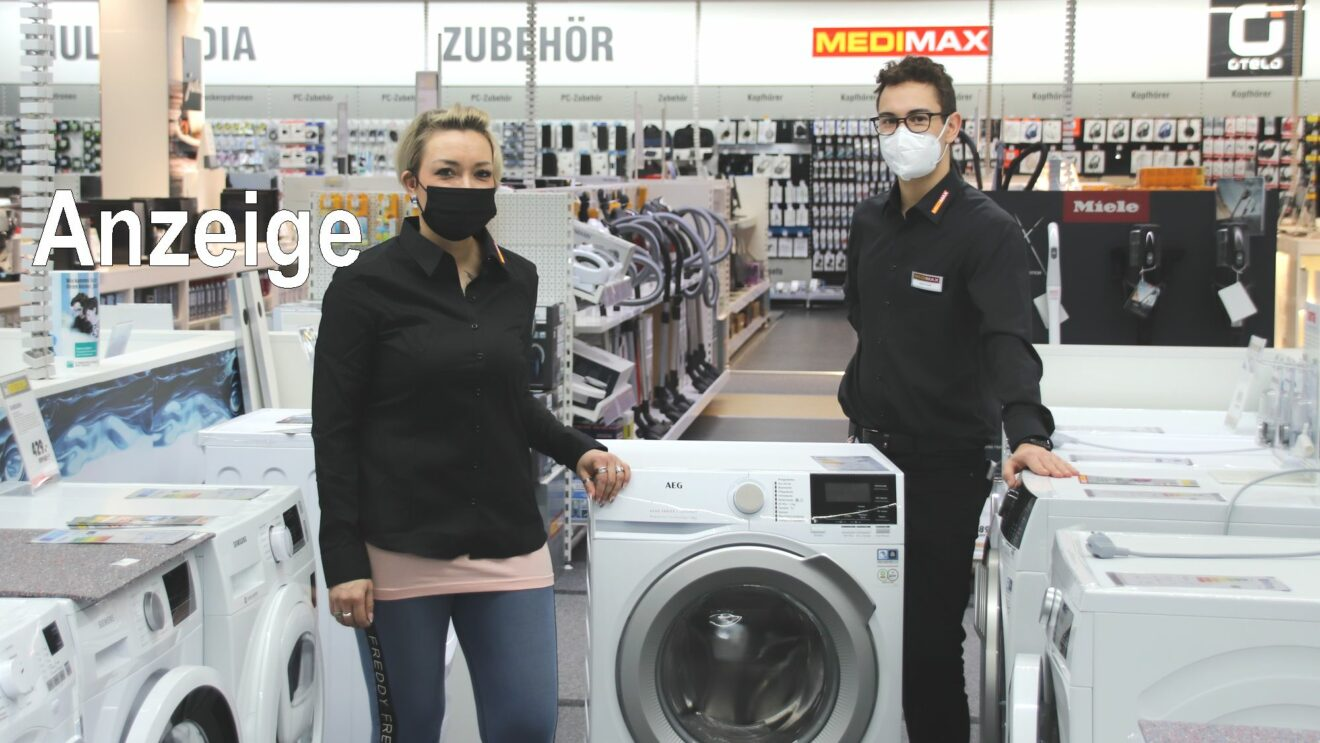 Katrin und Josef, zwei vom freundlichen Medimax-Team mit einer Waschmaschine von AEG.