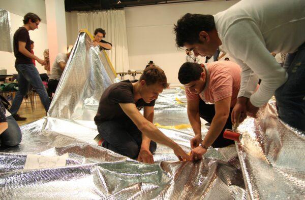 AUFBLASBARE OBJEKTE BAUEN mit der Künstlergruppe Tools for Action. Foto: PR