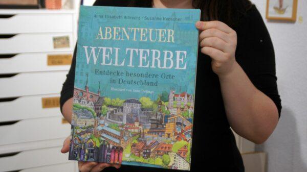 80 Seiten dick: Der Band über Welterbestätten in Deutschland, illustriert von Anne Ibelings. Foto: Philine