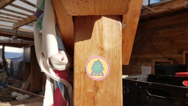 Ein Sticker, adressiert an Corona - Foto: Jonas Breitner