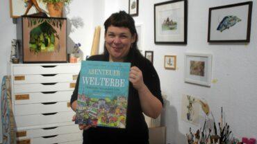 Anne Ibelings ihrem neuen Bildband. Foto: Philine