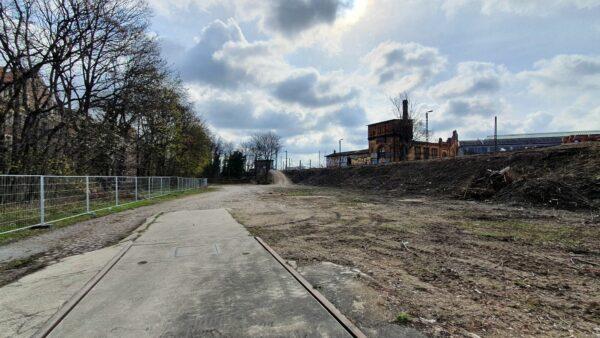 Auf der Brachfläche sollen vier Blöcke mit Wohnungen und Gewerbe und eine neue Straße entstehen.