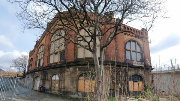 Der Lokschuppen steht unmittelbar neben dem Bahnhof Neustadt hinter einem alten Bahn-Gebäude, dass jetzt vom Justizministerium genutzt wird.