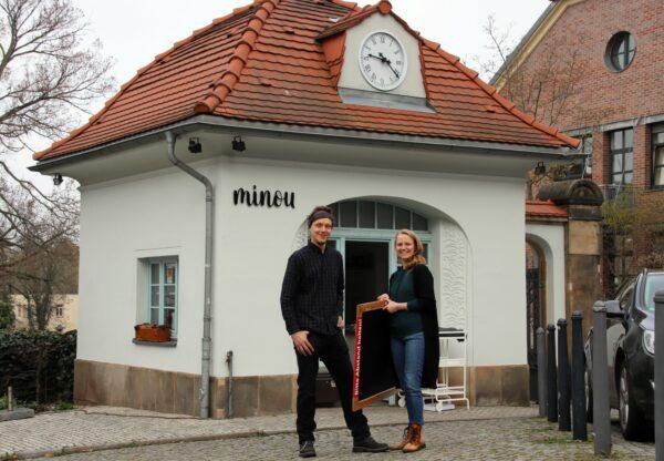 Marcus Heyn und Madeleine Fischer vor ihrem neuen Café am Waldschlösschen.