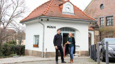 Marcus Heyn und Madeleine Fischer vor ihrem neuen Café am Waldschlößchen.