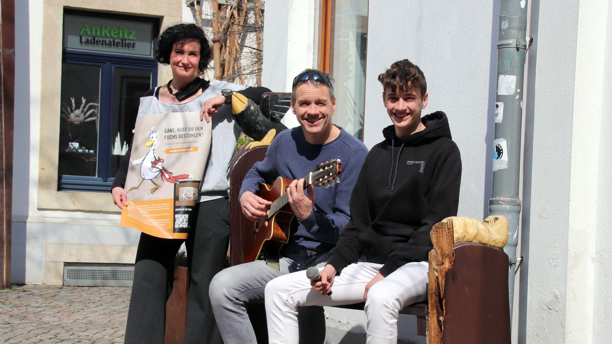 Zeichnerin Anette Maro, Musiker Uwe und Aenaes Fink (v.l.)