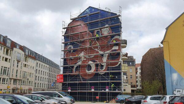 Die Bandits und Kollegen haben das Kunstwerk an der Wand angebracht.