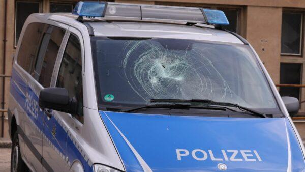 Bei dem Polizeiauto wurde die Frontscheibe zerstört. Foto: Tino Plunert