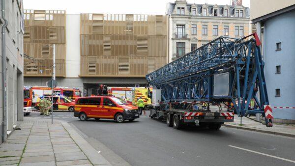 Einsatzkräfte der Dresdner Feuerwehr sichern den Unfallort. Foto: Roland Halkasch