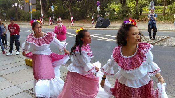 Zu Festen tritt die Tanzgruppe aus den Anden in traditionellen Gewändern auf