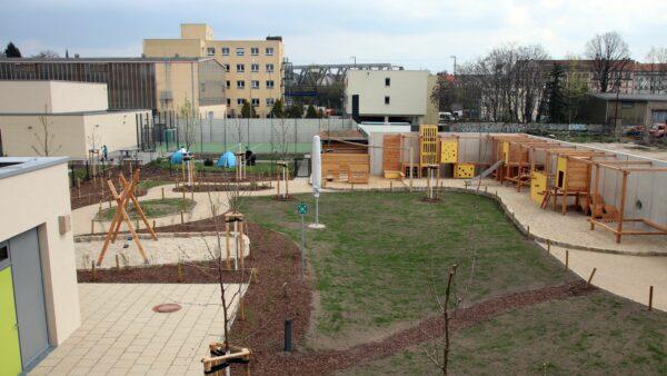 Der schmucke Außenbereich grenzt an die Grundschule.