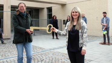 Die Leiterin des Kita-Eigenbetriebs, Sabine Bibas, übergibt symbolisch den Schlüssel der Kita an die Kitachefin Teresa Herrmann.