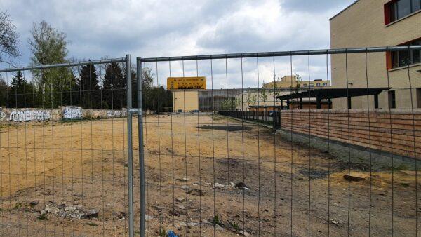 Aktuell ist das Gelände neben der Schule mit Zäunen abgesperrt.