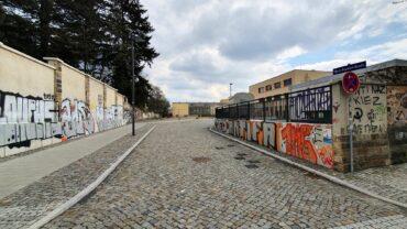 Zufahrt zur Marta-Fraenkel-Straße von der Friedensstraße, im Hintergrund das Gelände.