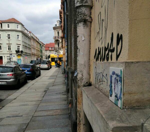 Im Hintergrund der Bischofsweg mit Buchladen und Straßenbahn.