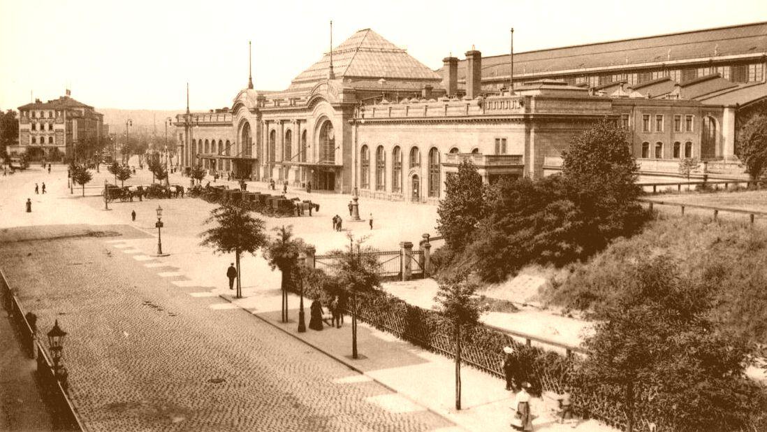 Der gerade frisch umgebaute Bahnhof Neustadt wurde 1913 Zeuge einer riesigen Schweinerei.