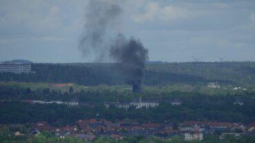 Die Rauchsäule über der Kleingartensparte war weit zu sehen. Foto: Roland Halkasc