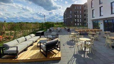Etwa 200 Gäste finden auf der Terrasse Platz. Foto: K. Biniarz