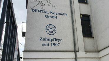 Inschrift an einem Gebäude des Unternehmens