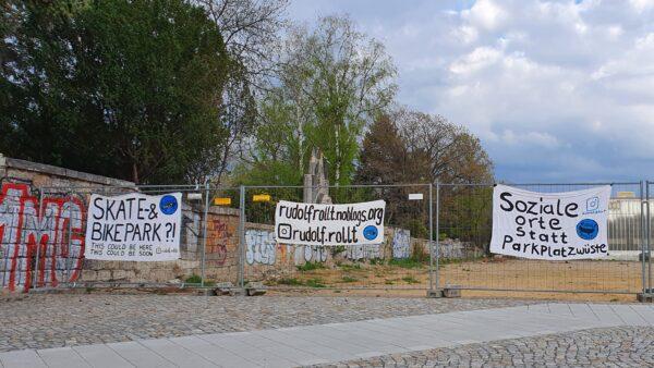 Plakate an der Brache