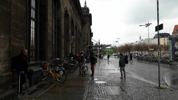 Nass und grau: der Bahnhofsvorplatz - Foto: Jonas Breitner