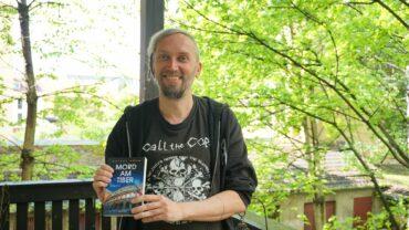 Der freudige Autor und sein Buch - Foto: Jonas Breitner