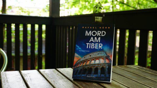 Buch auf Balkon - Foto: Jonas Breitner