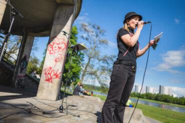 Maria Helm spricht an. Foto: Ryke Waltz