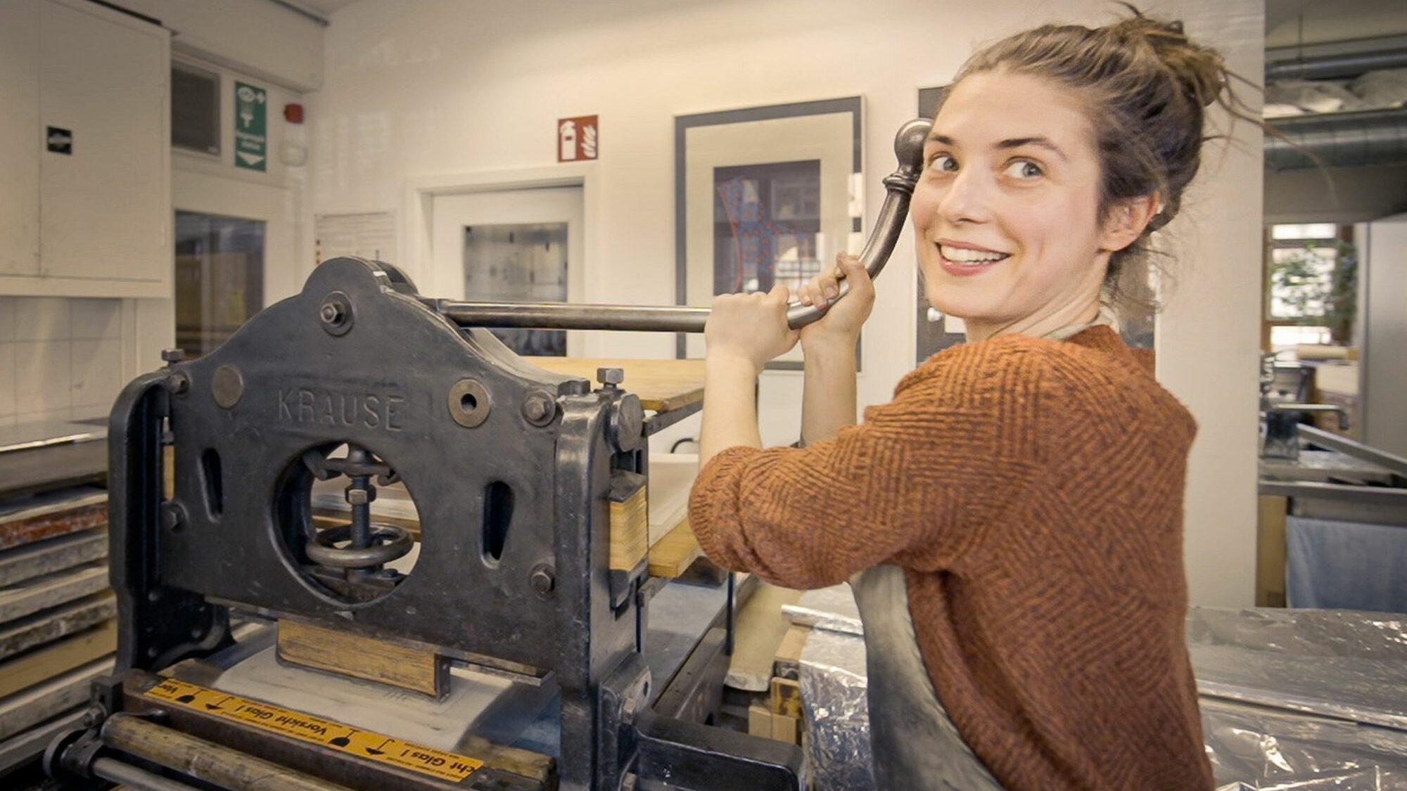 Olivia begeistert vom Steindruck. Sebastian Foto: Sebastian Linda / Olivia Christen