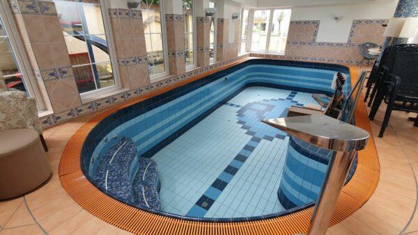 Es gibt sogar ein Schwimmbad.