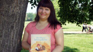 Enna Miau mit ihrem vierten Kinderbuch über Biene Millie. Foto: Philine