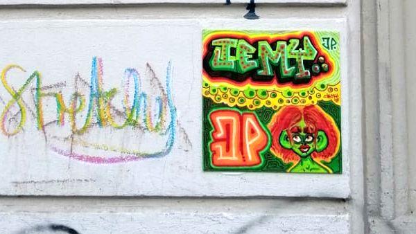 Jemy-Fliese mit Schriftzug und Portrait