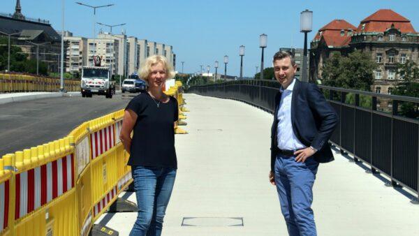 Amtsleiterin Simone Prüfer und Baubürgermeister Stephan Kühn auf dem neuen, breiteren Geh- und Radweg.