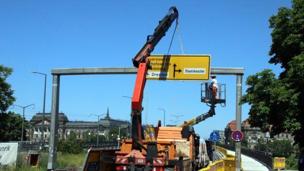 Die Beschilderung für die Kreuzung am Carolaplatz wird schon aufgehängt.