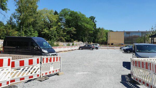 Aktuell ist ein provisorischer Parkplatz auf der Fläche eingerichtet