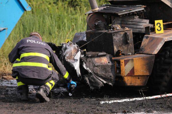 Die Polizei untersuchte das ausgebrannte Fahrzeug - Foto: Tino Plunert