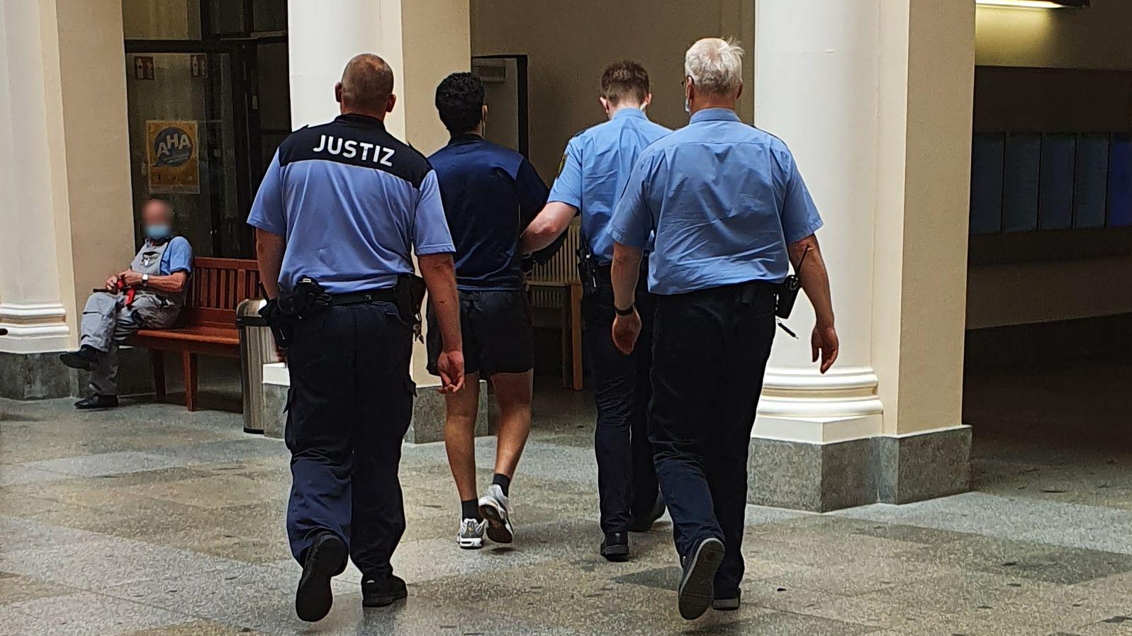 Nach dem Prozess wurde der Angeklagte abgeführt.