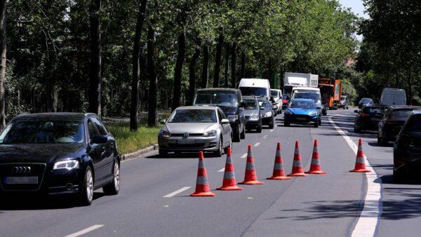 Die Polizei leitete den Verkehr an der Unfallstelle vorbei. Foto: Tino Plunert